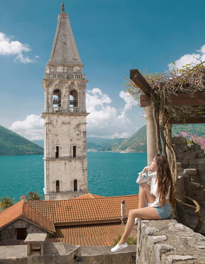 Touristisches Mädchen in Montenegro Junges Reisendbesichtigungs-Glockenschleppseil stockbilder
