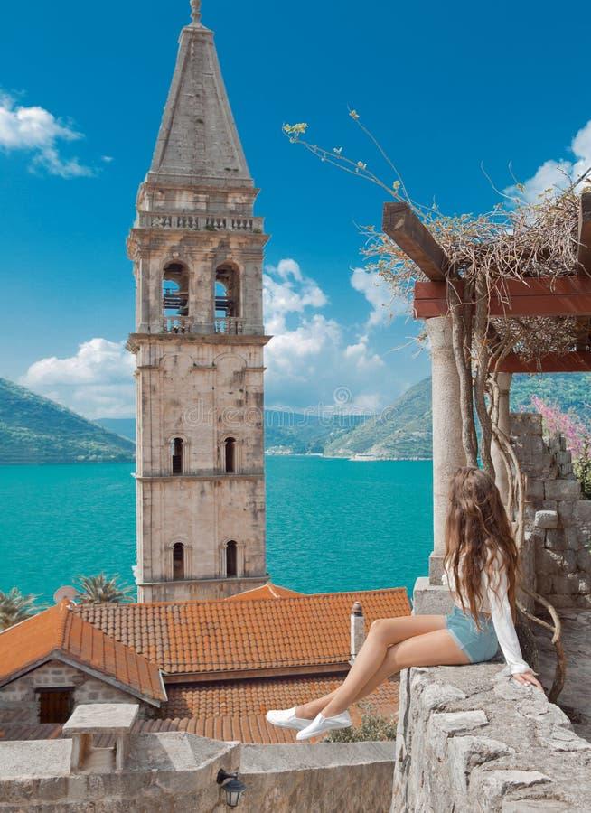 Touristisches Mädchen in Montenegro Junges Reisendbesichtigungs-Glockenschleppseil stockfotos