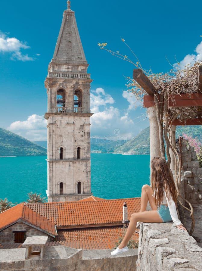 Touristisches Mädchen in Montenegro Junges Reisendbesichtigungs-Glockenschleppseil lizenzfreie stockbilder