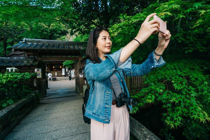 Touristisches nehmendes Bild des Waldes durch Mobiltelefon stockfotos