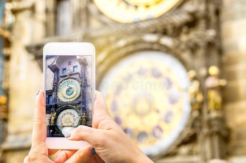 Touristisches nehmendes Bild einer berühmten Anziehungskraft mit Smartphone stockbilder