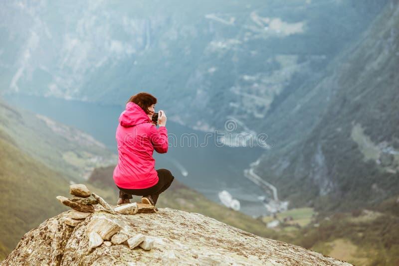 Touristisches nehmendes Foto von Dalsnibba-Standpunkt Norwegen lizenzfreies stockbild