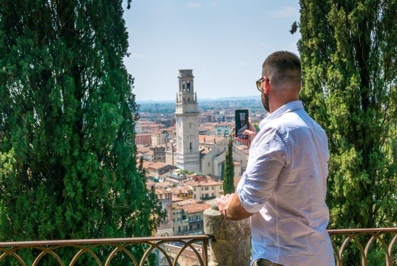 Touristisches nehmendes Foto von Verona vom Hügel lizenzfreies stockfoto