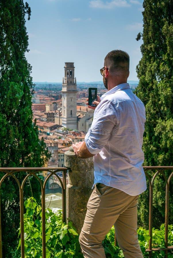 Touristisches nehmendes Foto von Verona vom Hügel stockfoto