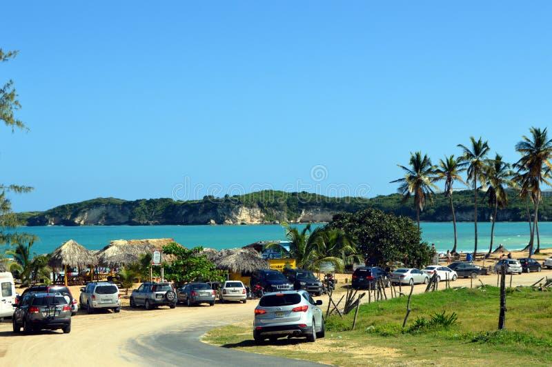 Touristisches Parken auf einem sandigen Strand lizenzfreie stockbilder