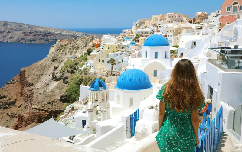 Touristisches Reisen in Santorini, Oia-Insel in Griechenland, Europa Reise-Sommerferienmädchen, das an der Ansicht von drei blaue stockbild