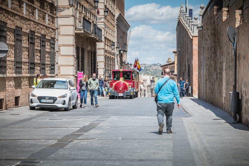 Touristisches Schlendern in eine Straße des historischen Bezirkes Toledo, s stockfoto