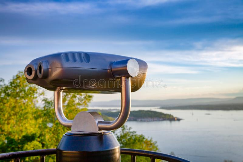 Touristisches Teleskop über Oslo-Stadtbild bei Sonnenuntergang Norwegen lizenzfreies stockbild