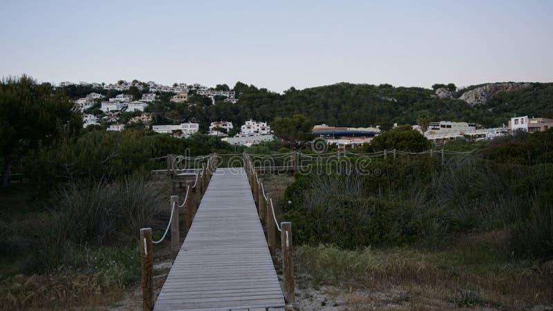 Touristisches Weg-Teil vom Meer und von Ariel View des Sohns Bou mit grünlicher Landschaftsansicht in Minorca stockfoto