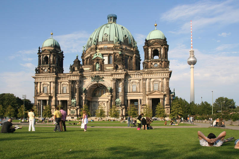 Download Tourists At Berlin Cathedral Editorial Stock Image - Image: 17337424