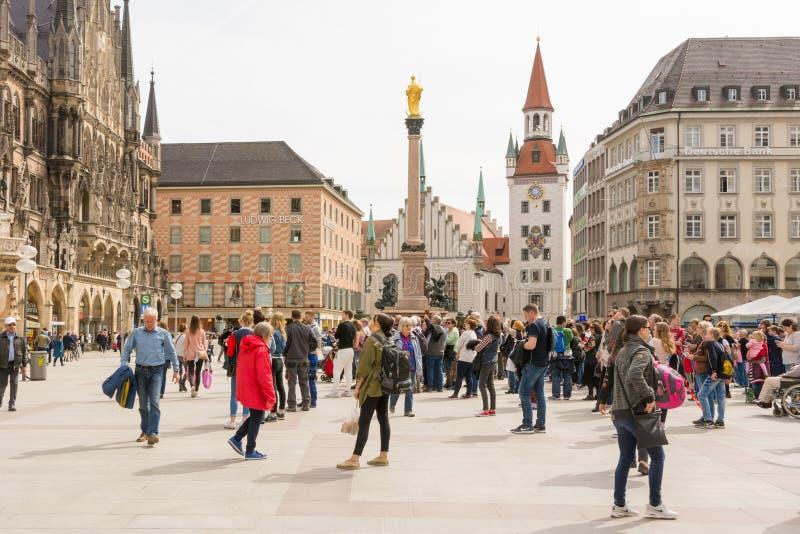 Tourits στο Marienplazt στο Μόναχο στοκ φωτογραφία με δικαίωμα ελεύθερης χρήσης