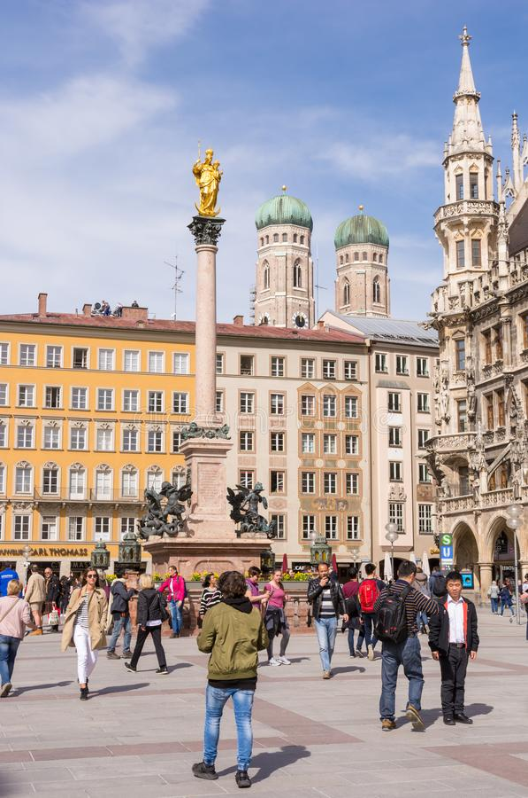Tourits στο Marienplazt στο Μόναχο στοκ φωτογραφίες με δικαίωμα ελεύθερης χρήσης