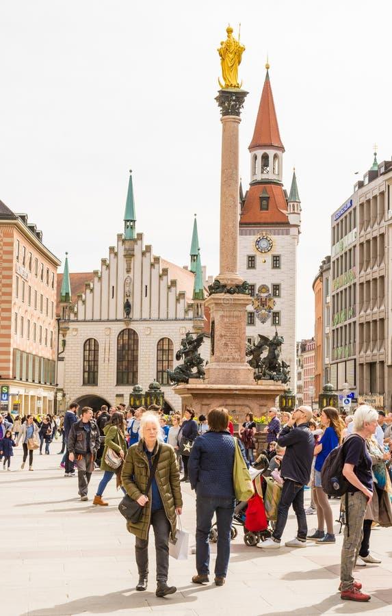 Tourits στο Marienplazt στο Μόναχο στοκ εικόνα με δικαίωμα ελεύθερης χρήσης