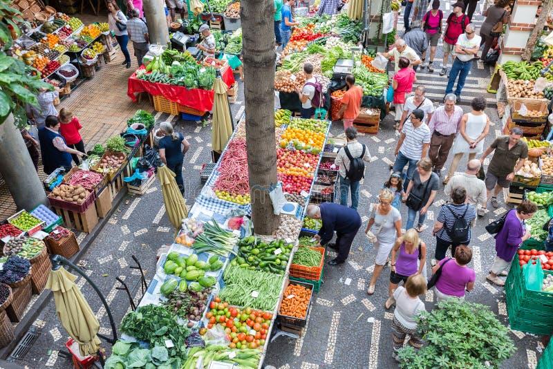 Tourits посещая vegetable dos Lavradores Mercado рынка на Фуншале, острове Мадейры стоковое изображение rf