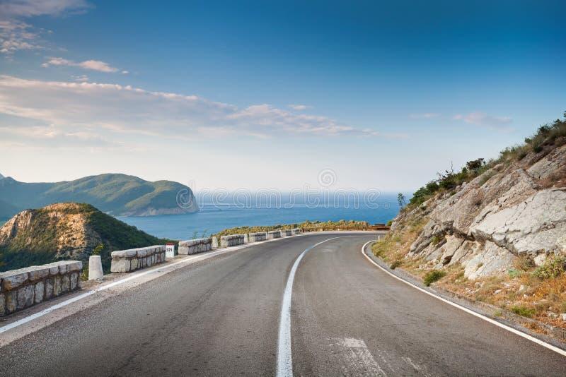 Tourne-à-droite de la route de montagne image libre de droits
