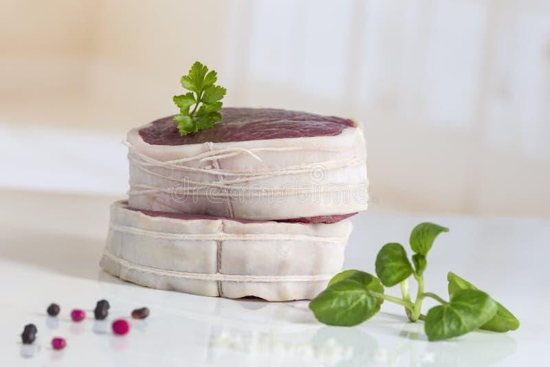 Tournedos: een kleine ronde dikke besnoeiing van een filet van rundvleeswit stock foto's
