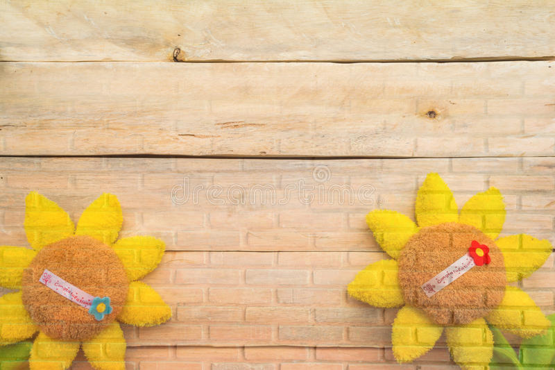 Tournesol sur la texture de mur de briques images libres de droits