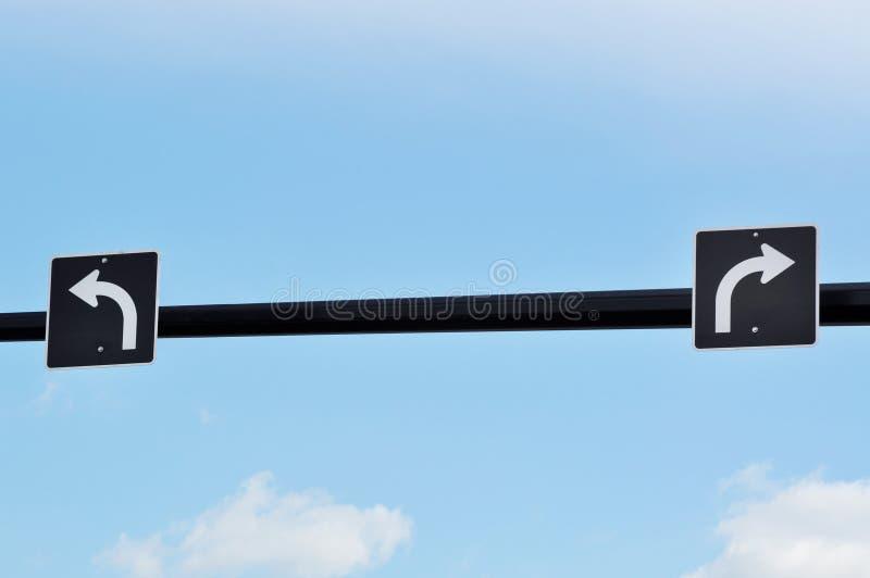 Tournez le poteau de signalisation gauche et droit photo libre de droits