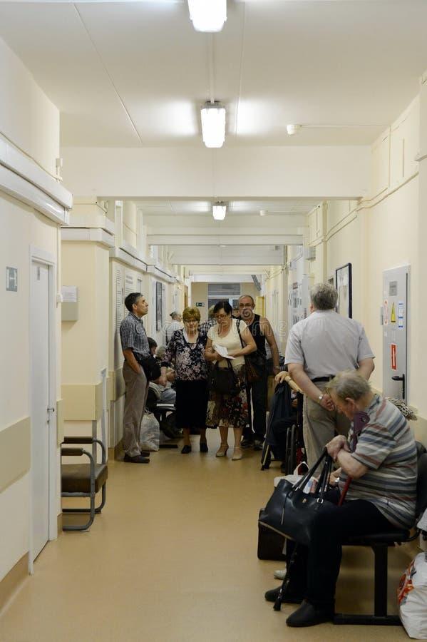 Tournez pour voir un docteur dans la clinique de ville photographie stock libre de droits