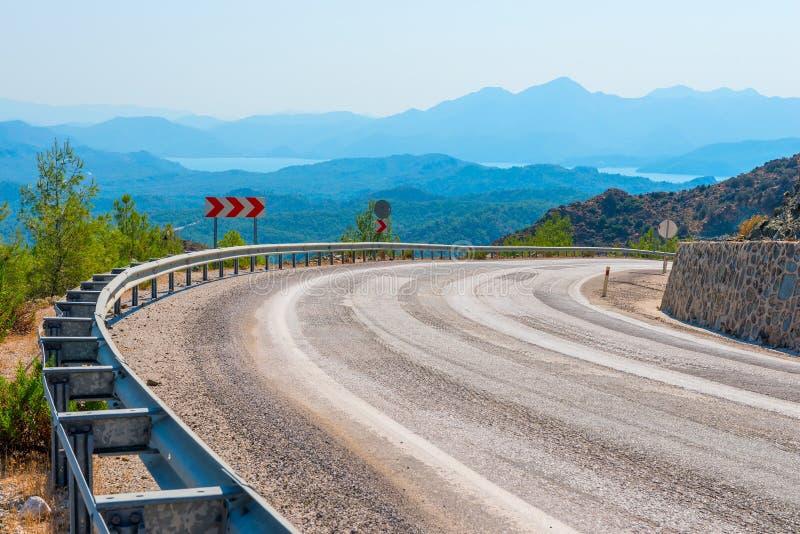 Tournez une route de montagne et une belle vue photographie stock libre de droits