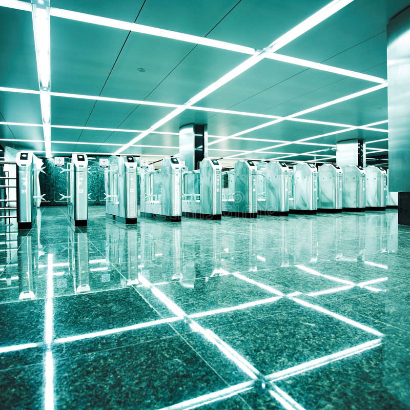 tourniquets modernes de souterrain de gare image stock