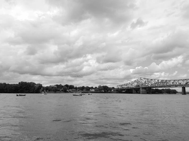 Download Tournoi Noir Et Blanc De Pêche Sur La Rivière Ohio Photo stock - Image du bateaux, attente: 76081288