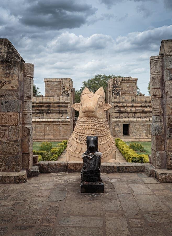 Touro de Nandi do gigante no templo hindu - orientação vertical imagens de stock royalty free