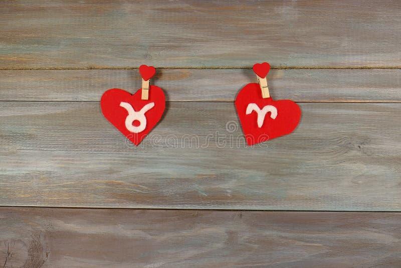 Touro e Áries sinais do zodíaco e do coração feltro Vagabundos de madeira foto de stock royalty free