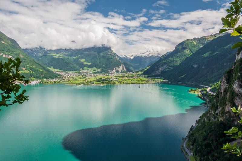 Tourquise sjö, vägar och schweiziska fjällängar i Schweiz royaltyfri foto