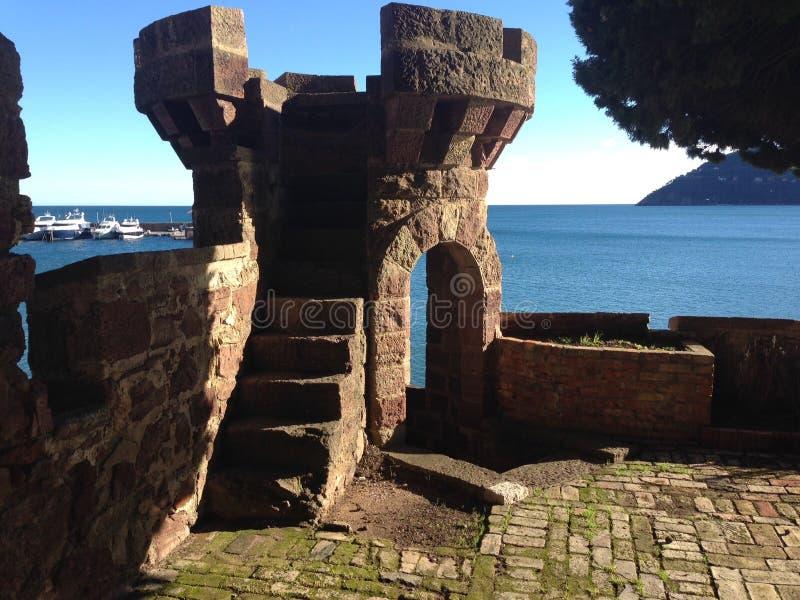 Tourret замка на среднеземноморском стоковое изображение