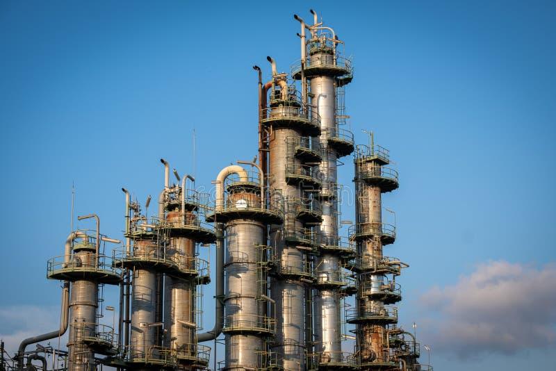 Tours à colonne de distillation avec fond bleu ciel dans une usine chimique photos stock