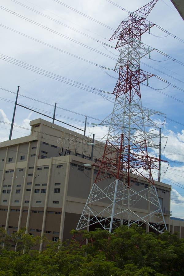 Tours à haute tension électriques de transport d'énergie images libres de droits