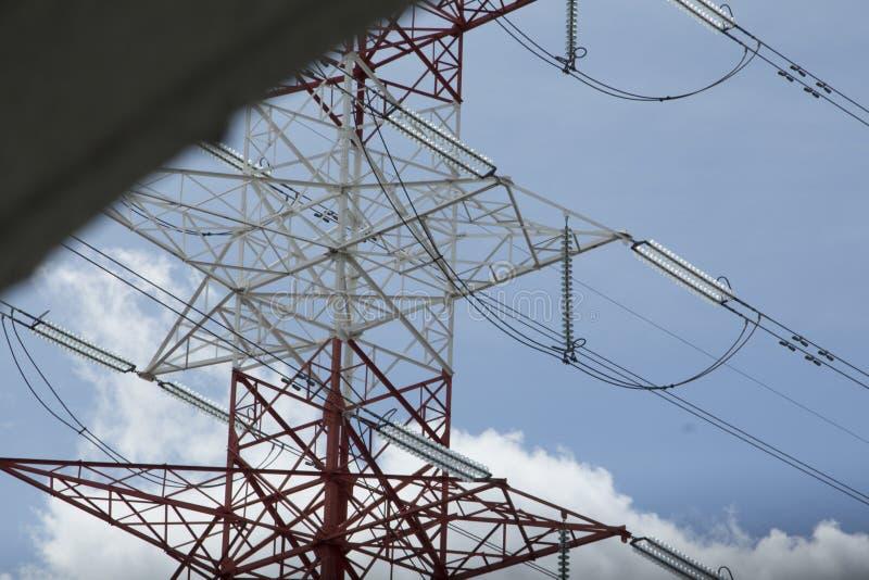 Tours à haute tension électriques de transport d'énergie photo stock