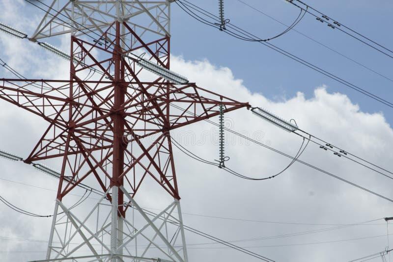 Tours à haute tension électriques de transport d'énergie photographie stock
