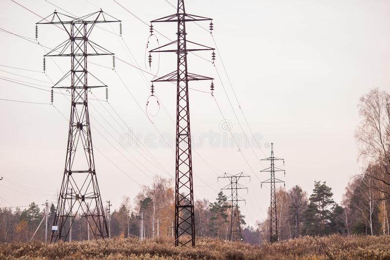 Tours électriques dans le domaine image stock
