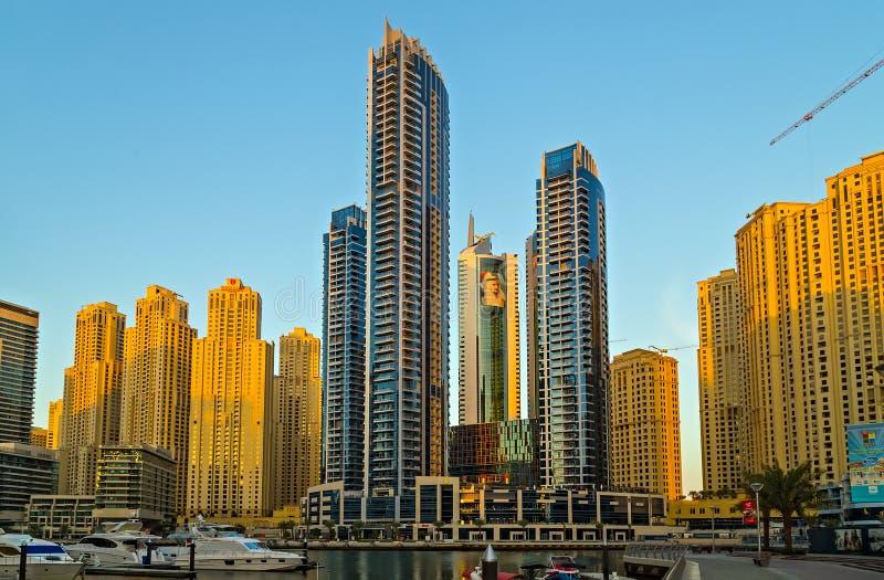 Tours, bateaux et gratte-ciel de marina de Dubaï photos stock