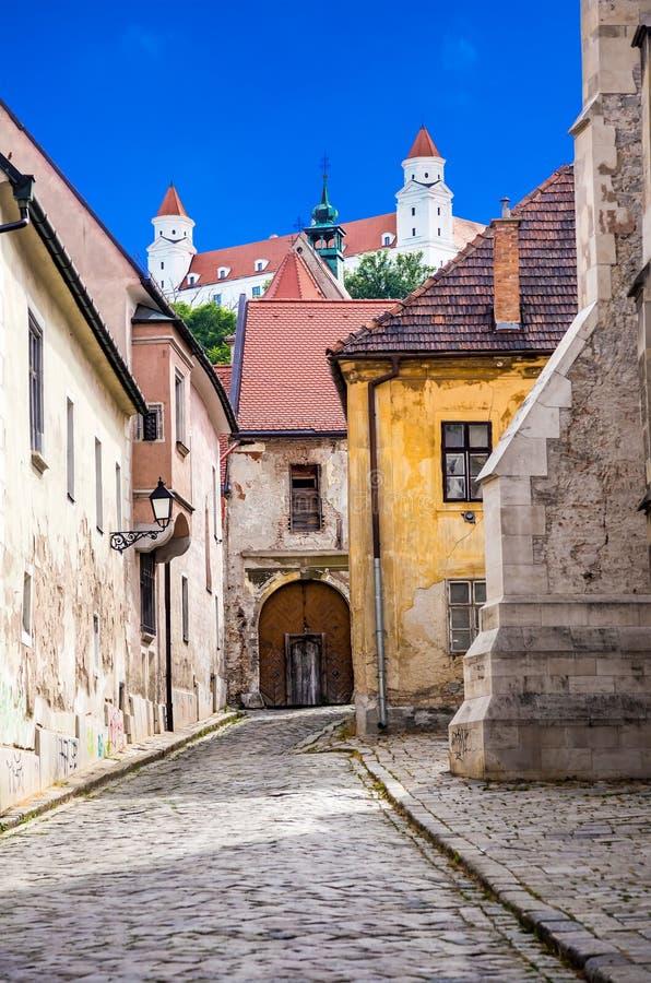 Tours blanches de château de Bratislava image libre de droits