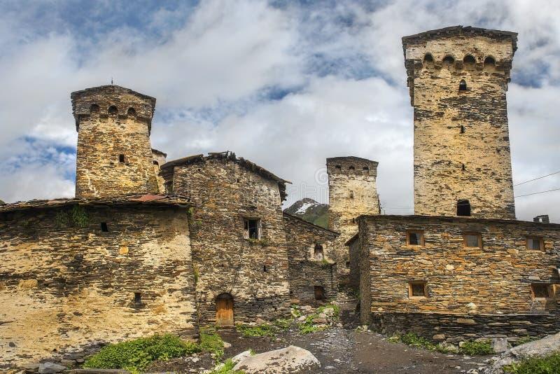 Tours défensives et maisons en pierre dans le village Ushguli, Svaneti supérieur, la Géorgie photo stock