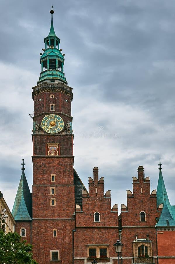 Tours d'église médiévales et gothiques images stock