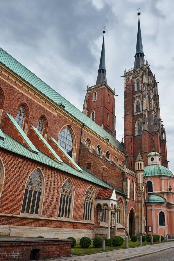 Tours d'église médiévales et gothiques i photographie stock