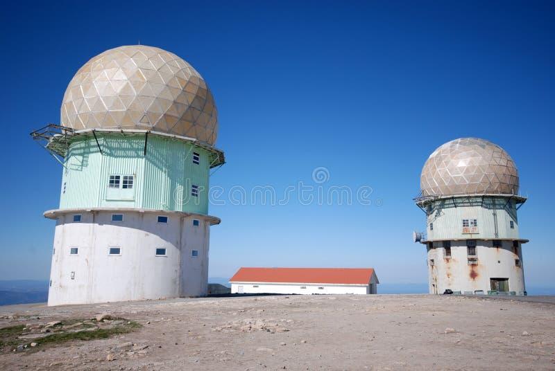 Tours d'émetteur dans les mountaines (Portugal) photographie stock