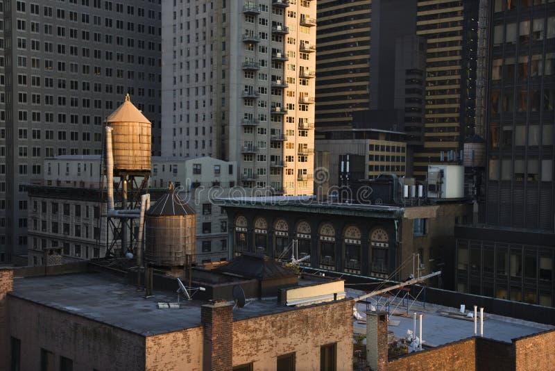 Tours d'eau de dessus de toit sur des constructions de NYC image stock