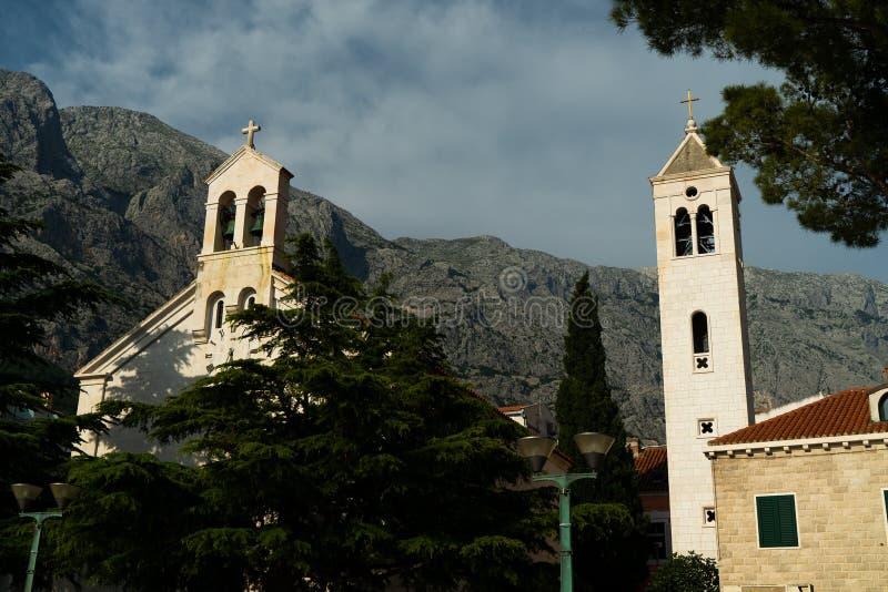Tours de Bell de vieille église avec du charme dans une station touristique au pied de la montagne photos stock