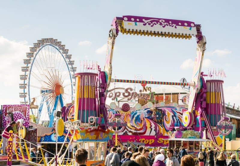 Tours de champ de foire chez l'Oktoberfest à Munich images stock