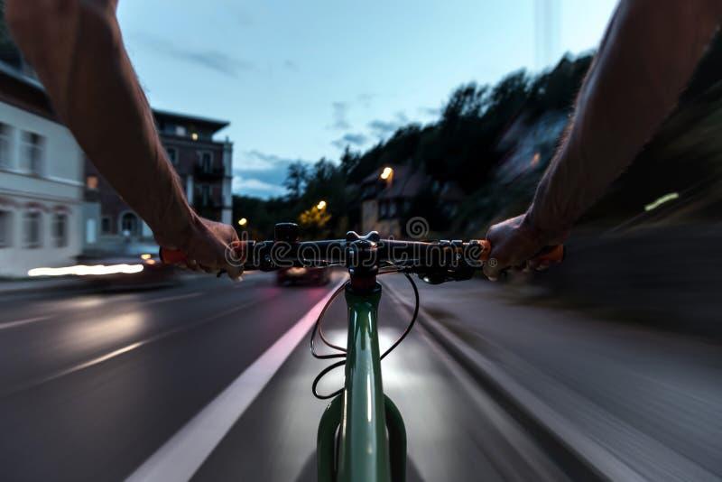 Tours de cycliste sur une ruelle de vélo au crépuscule photos libres de droits