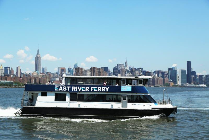 Tours de ferry-boat de l'East River dans Midtown Manhattan photographie stock libre de droits