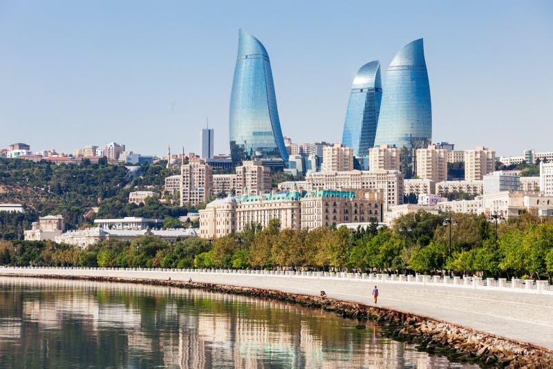 Tours de flamme à Bakou photo stock