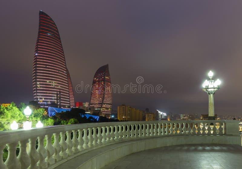 Tours de flamme à Bakou image stock