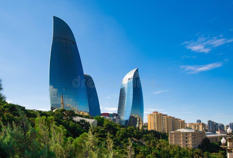 Tours de flamme à Bakou image libre de droits