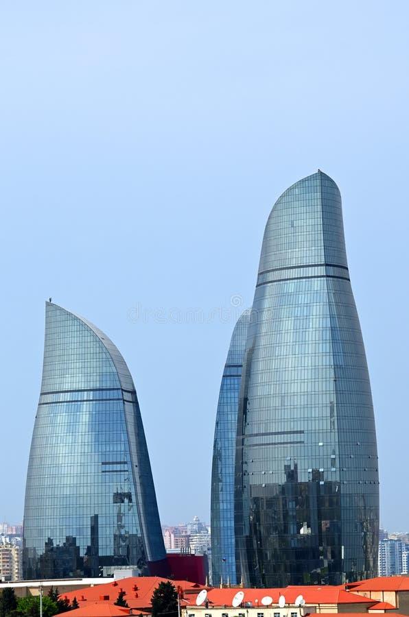 Tours de flamme ? Bakou photographie stock
